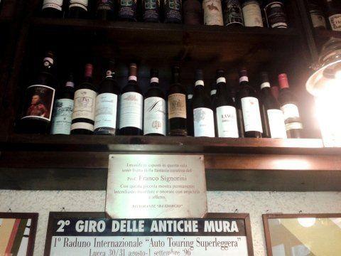 Mensole per l'esposizione di vini