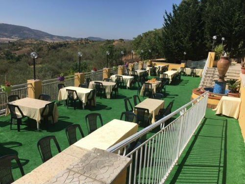 i tavoli apparecchiati su un terrazzo di un ristorante