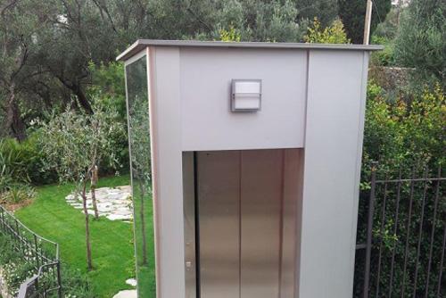 ascensore vicino un giardino