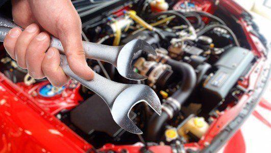 Meccanico ripara  un  motore