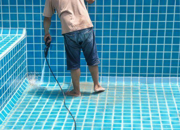 Ripulendo suolo e pareti di una piscina