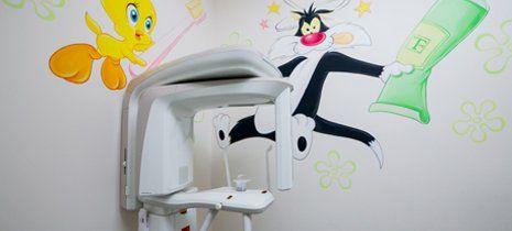 apparecchio per studio dentistico con titti e silvestro disegnati sul muro