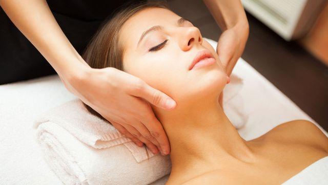 Una donna con capelli biondi che riceve un massaggio