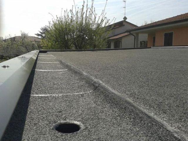 un tetto grigio di una casa visto da vicino