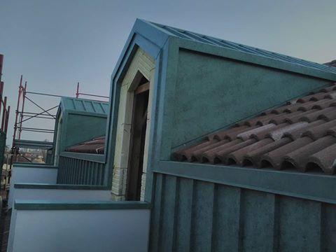vista di un tetto rivestito in metallo e in mattoni