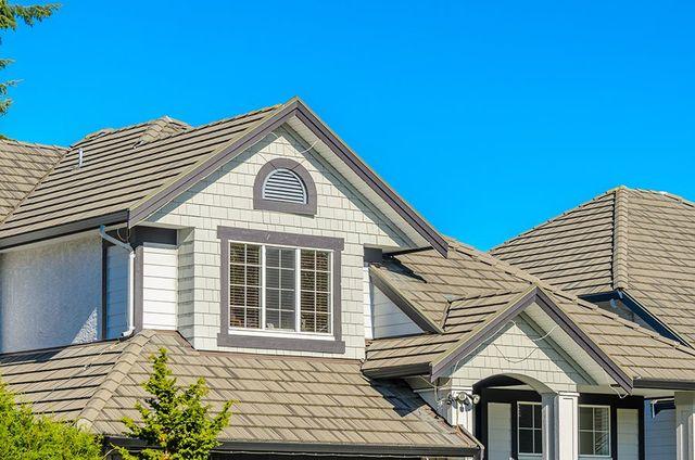 vista di una casa con facciata bianca e tetti beige