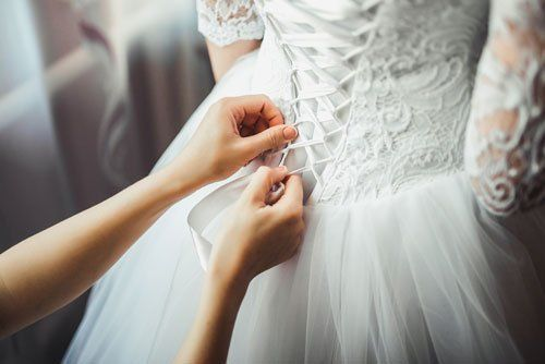 Chiudendo il reggiseno di un vestito da sposa