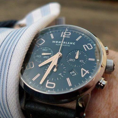 Una mano che indossa un orologio da polso
