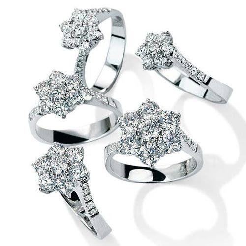 Diversi tipi di anelli con diamanti
