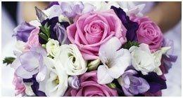 una bouquet di fiori rosa, bianco e viola