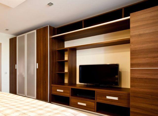 Un armadio e un mobile tv in una camera