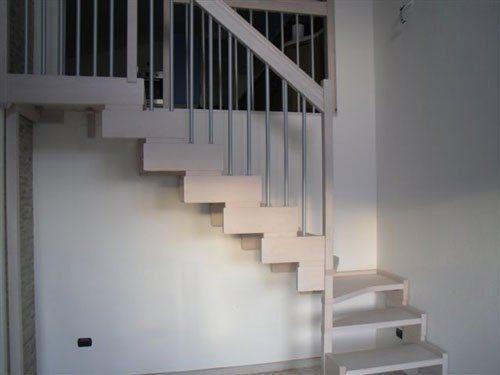 Delle scale in legno di color bianco