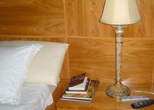 un comodino in legno con una lampada