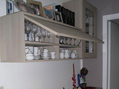 Un mobile da buffet con dei bicchieri e delle tazze