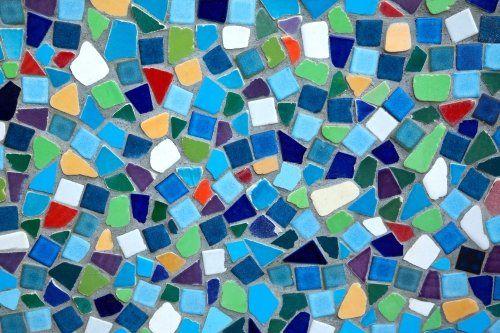 delle ceramiche a mosaico di diversi colori