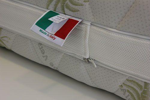 Vista ravvicinata di un materasso con l'etichetta scritto made in italy e bandiera dell Italia