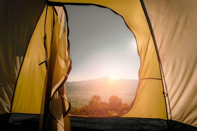 vista da una tenda da campeggio delle montagne in ,lontananza