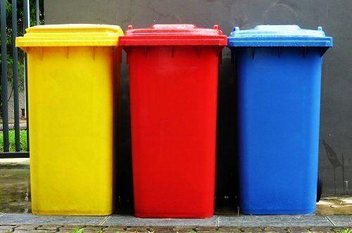 tre contenitori in giallo, rosso e blu