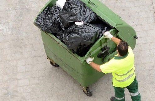l'uomo della spazzatura prende il contenitore