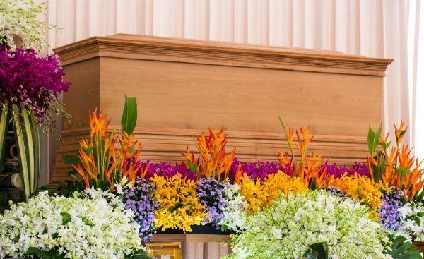dei fiori colorati vicino a un altare in legno
