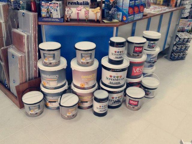 Dei barattoli di vernice e altri prodotti