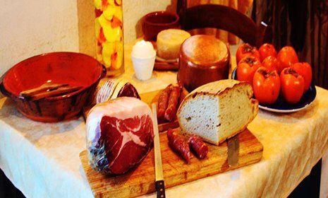 Vino, primi e secondi piatti sulla tavola alla Trattoria Bar U Crischt a Ripabottoni