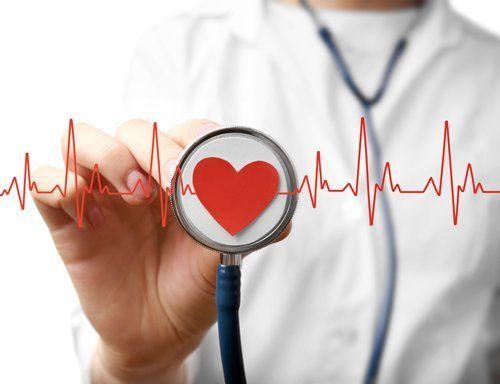 caricatura di un medico che sente i battiti del cuore