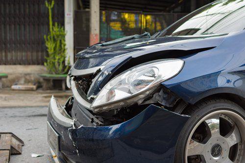 vista laterale di un auto incidentata