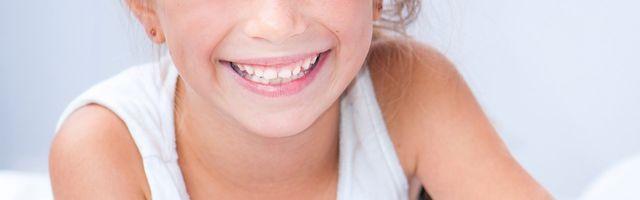 una bambina con denti sorridente