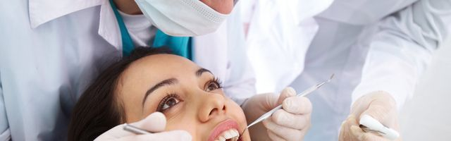 dentista pulizia dei denti di una ragazza