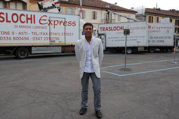 un uomo in posa per una foto