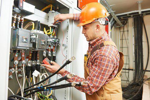 elettricista controlla pannello elettrico