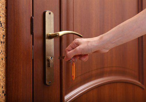 porta in legno e chiave