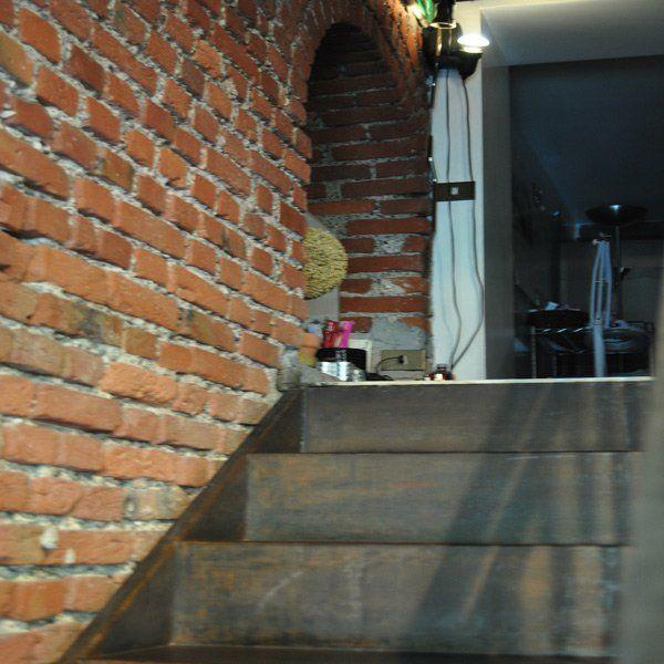 rampa di scale che porta all`entrata di un centro estetico