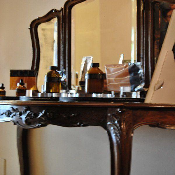 trattamenti per il viso sopra un tavolino in legno