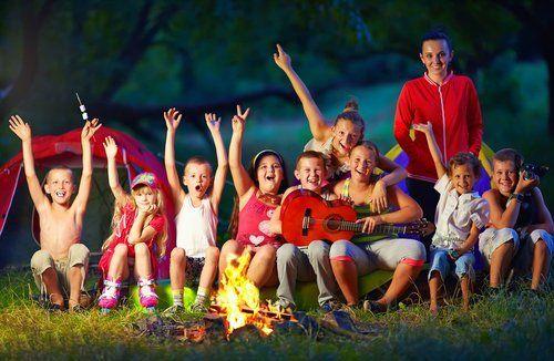 bambini che si divertono nel campo estivo