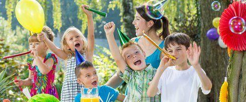 bambini e giovane donna che celebrano il compleanno