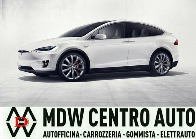 una macchina bianca e la scritta MDW Centro Auto
