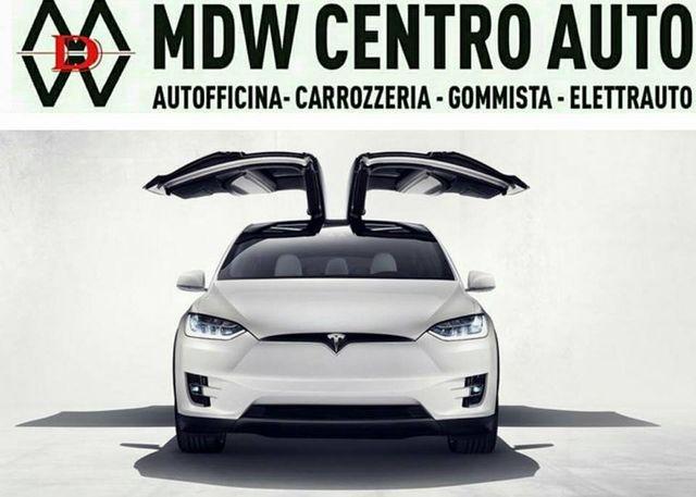 una macchina bianca vista da davanti e la scritta MDW Centro Auto