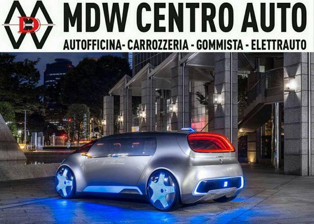 una macchina grigia con neon blu e la scritta MDW Centro Auto