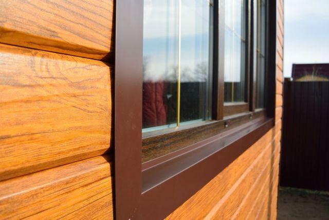 Finestra di metallo e legno