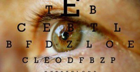 dettaglio di un occhio con delle lettere