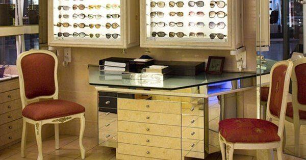 scrivania in un negozio di ottica
