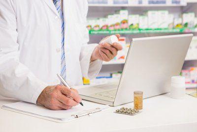 farmacista che legge e scrive il nome delle medicine