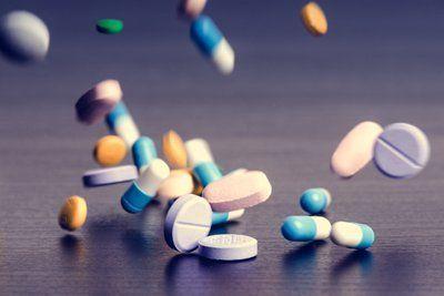 pastiglie e pillole di varie dimensioni e colori