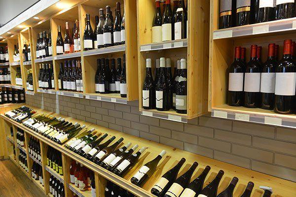 Vista parziale della tenda della stiva dove si possono acquistare vini dell'anno in corso o riserve speciali