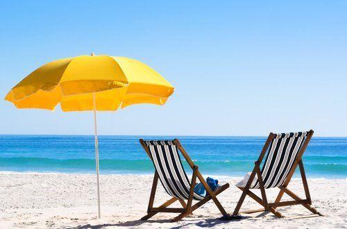 un ombrellone e de sedie sdraio sulla spiaggia