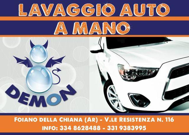 Un'immagine di una macchina bianca e una scritta Lavaggio auto a mano