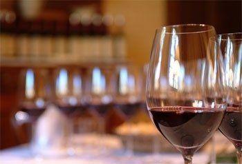 Servizi, bicchiere di vino rosso in primo piano sulla destra