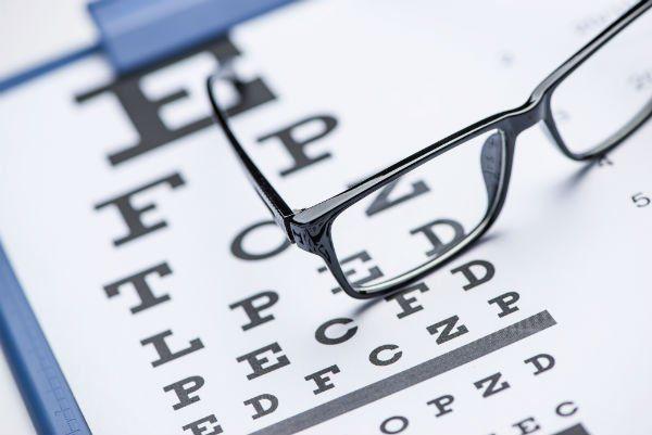 occhiali da vista appoggiati su un foglio per test visivo